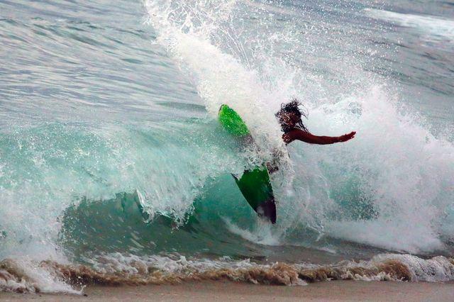 un surfista en la playa mexicana de puerto escondido
