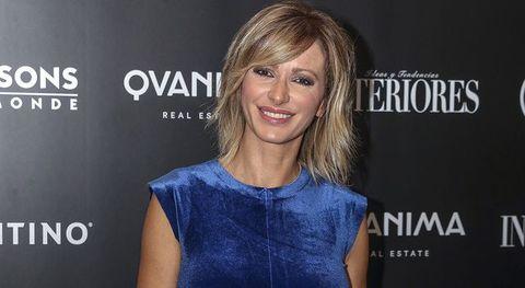la periodista susanna griso posando en un photocall sonriendo y vestida de azul