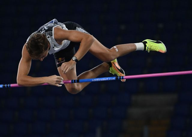 armand duplantis durante el salto de roma en el que batió el récord mundial al aire libre de bubka con 6,15 metros