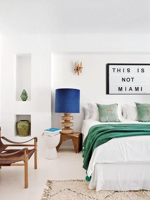 casa ibiza actualizada   dormitorio con taburete como mesilla
