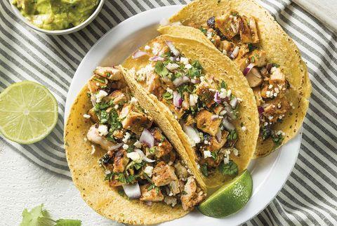 tacos mexicanos de pollo y cebolla con guacamole