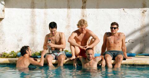 un grupo de chicos sin camiseta en la piscina