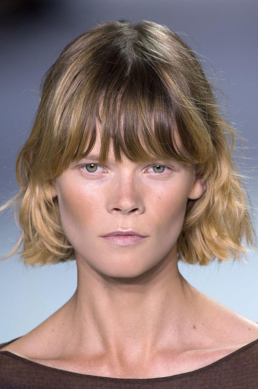 Taglio capelli corti con frangia corta