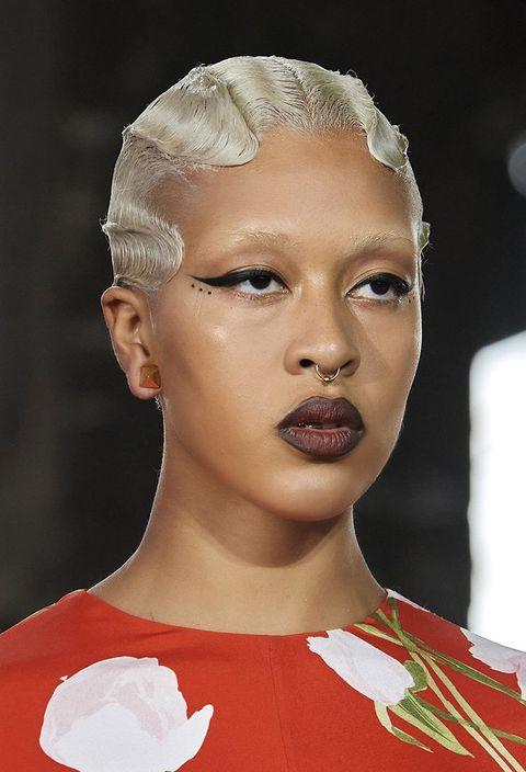 Opalescenti, eleganti, i migliori tagli capelli corti per white hair