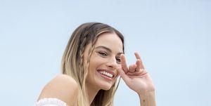 Tagli capelli medi 2019: il taglio scalato di Margot Robbie a Cannes fa tendenza