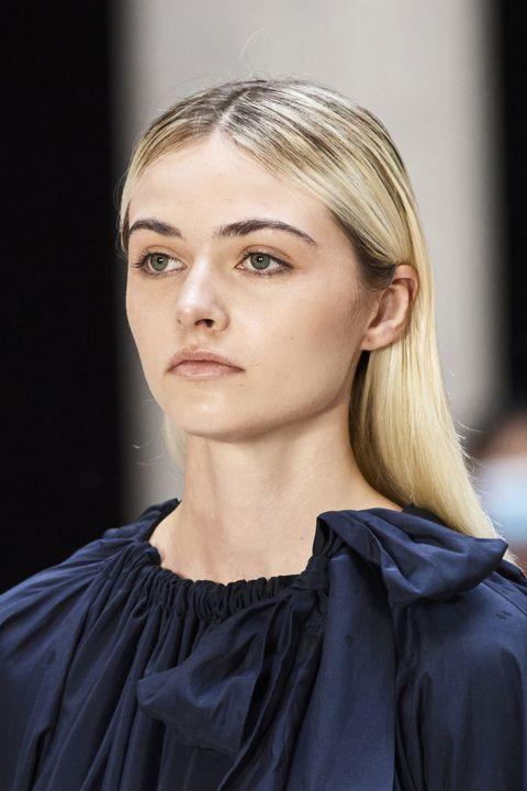 tagli capelli primavera 2021 radici scure