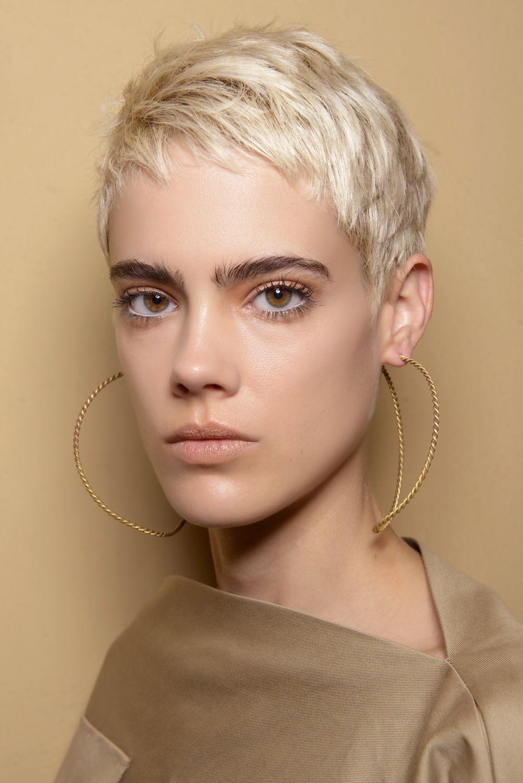 Tagli capelli corti biondo platino 2019