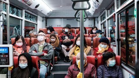 Mensen in de Taiwainese metro dragen mondkapjes in verband met coronavirus