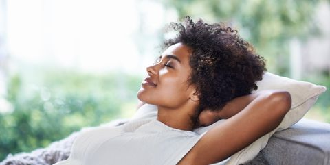 vrouw in wit shirt ligt ontspannen