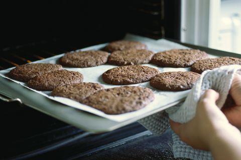 Sortir une feuille de biscuits du four