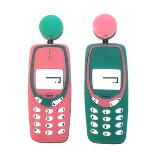 Se hai nostalgia della tua infanzia anni 90 puoi indossare gli orecchini Tamagotchi oppure a forma di cellulare Nokia che aveva tua mamma.