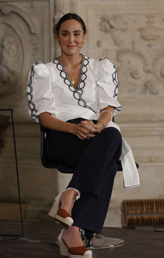 tamara falcó con blusa blanca cruzada de mangas abullonadas de claudie pierlot