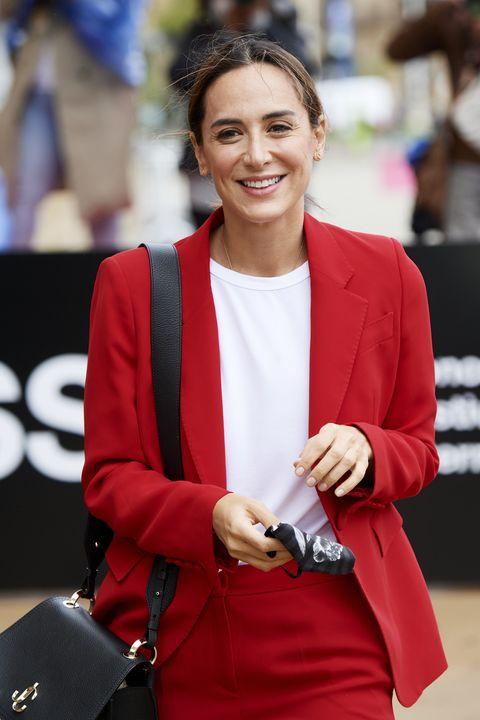 tamara falcó con un traje rojo, camiseta blanca y coleta en el festival de cine de san sebastián de 2020