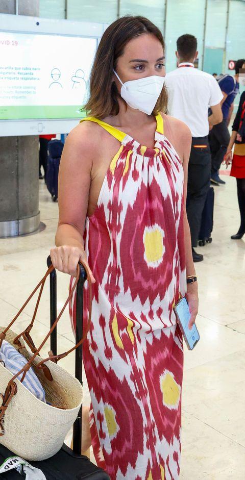 la marquesa de griñón, con un vestido estampado, en el aeropuerto de madrid