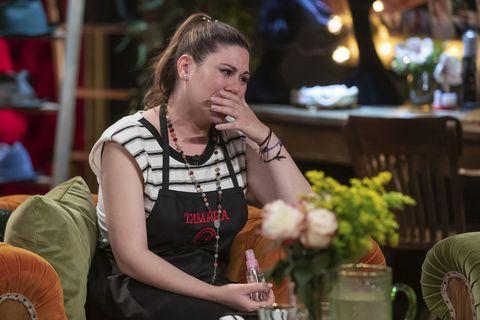 la cantante, con el delantal negro, llora tras su expulsión del reality de cocina de tve