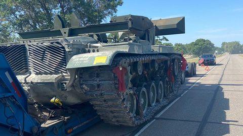 tanque abandonado en la autopista