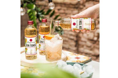 botella de tanqueray y coctel gin tonic