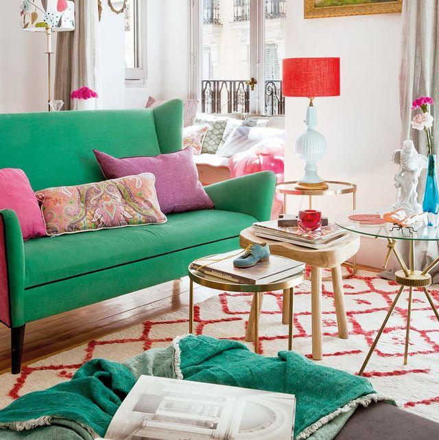 un salón con tapicería actual