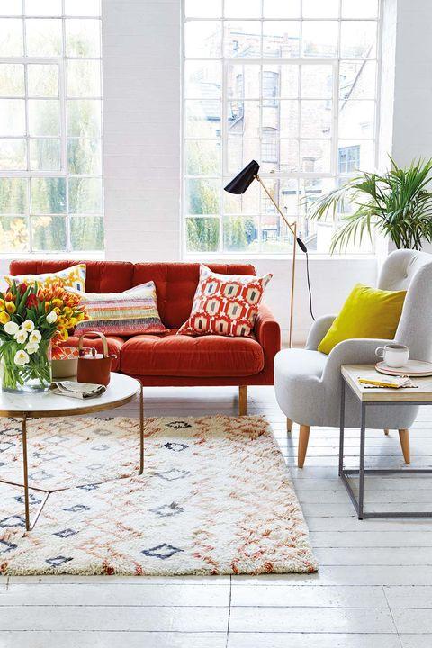 Salón blanco con sofá rojo