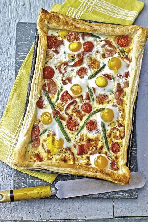 tarta de espárragos, huevos y tomates