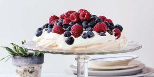 Tarta Pavlova de merengue y frutos rojos