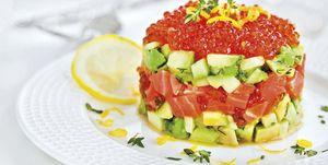 Tartar de salmón, aguacate y pepino con caviar rojo