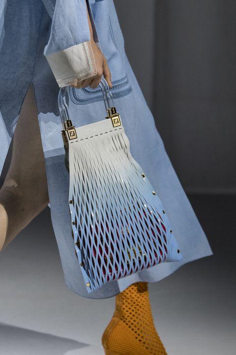 een blauw witte shopping handtas bij fendi lentezomer 2021 collectie