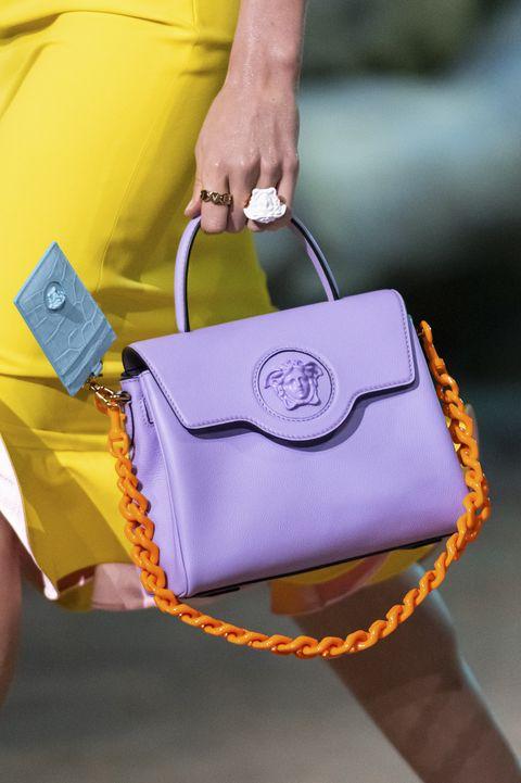 lila en oranje tas op de catwalk van versace in milaan