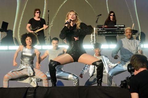 Taylor Swift despide a su bailarín por machista