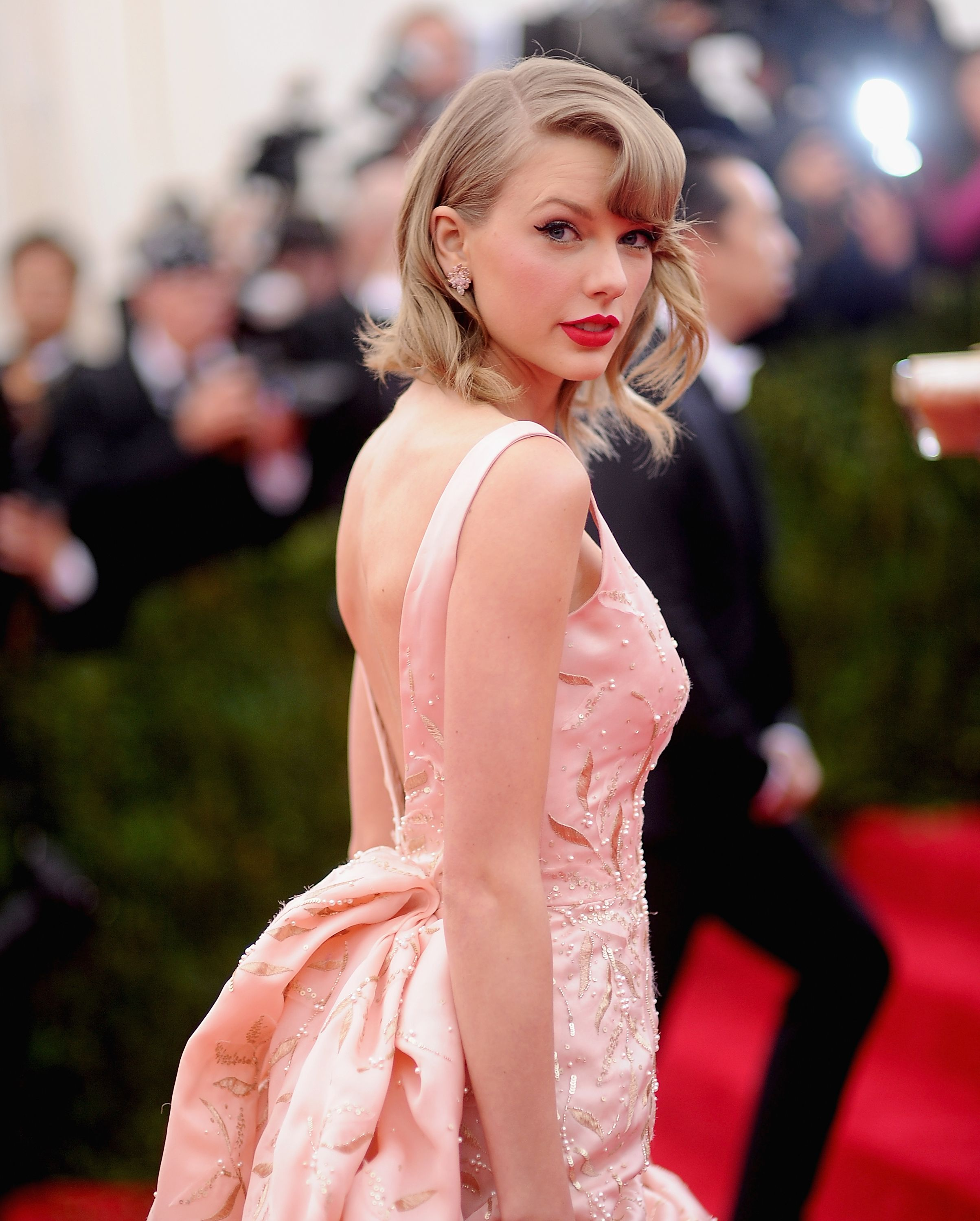 Taylor Swift, Savannah Guthrie Weigh In On Twitter Debate Over Washing Legs In The Shower