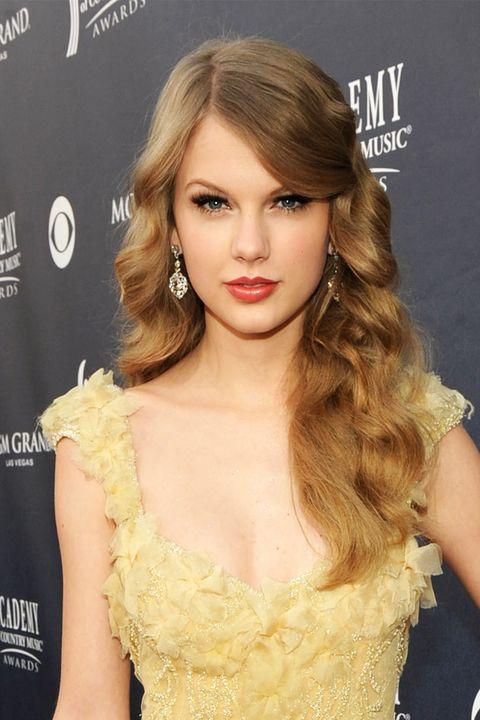 Hair, Hairstyle, Face, Blond, Long hair, Shoulder, Lip, Brown hair, Chin, Eyebrow,