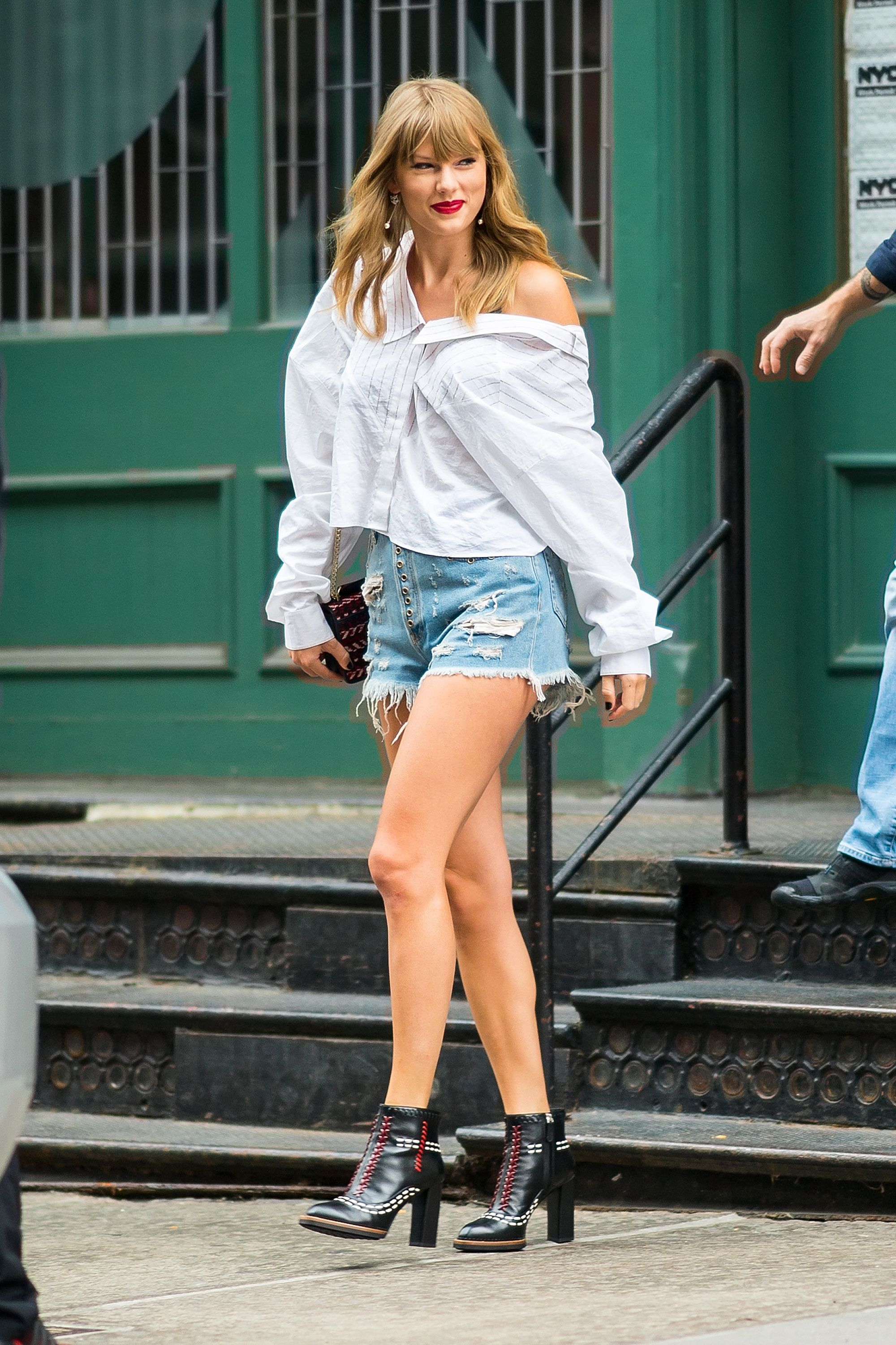 Taylor Swift In Denim Crop Top And Shorts Fashion And Beauty Pictures Of Taylor Swift