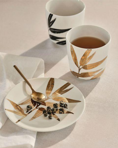 Taza de porcelana con hojas doradas