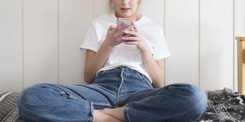 今や連絡ツールとしてすっかり定着したline。気軽に連絡を取り合える便利なツールですが、相手が好きな人だと話は別!すぐ返信したらウザい?既読スルーされたらどうしよう…など、一挙一動が悩みの種に。そこで、恋愛中の5名の女性たちから「好きな人に送るlineテクニック」を聞いてみました!