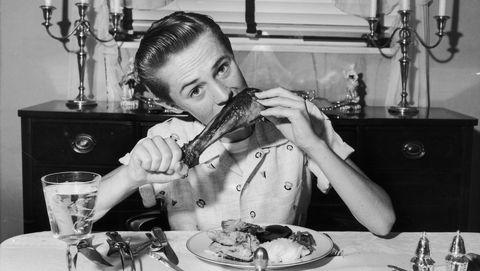 Jongen eet vlees