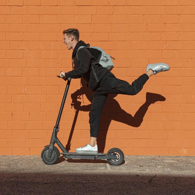 un hombre en patinete electrico