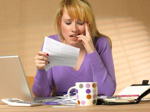 mujer mirando una factura