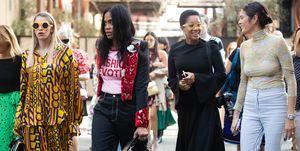 Modejournalisten en -stylisten op straat tijdens fashion week