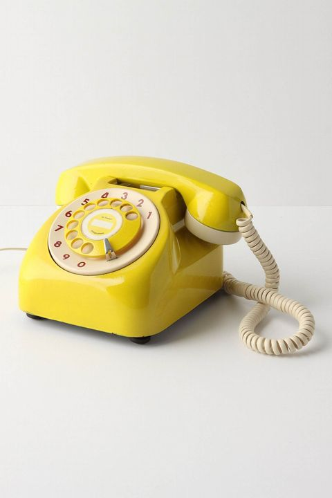 Teléfono antiguo de color amarillo
