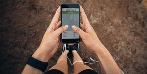 Vrouw die gaat hardlopen met telefoon in haar hand