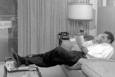 Paul Newman en su casa mientras trabaja