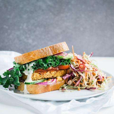 sándwich de tempeh y kale con ensalada de acompañamiento
