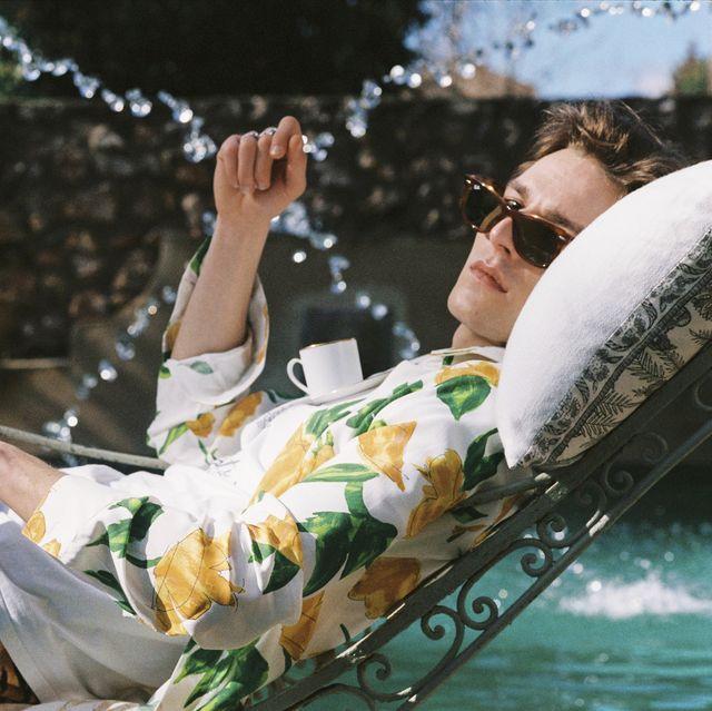 modelo tumbado en una hamaca con camisa estampada