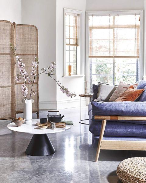 tendencia sakura salón de estilo japandi con biombo y sofá azul
