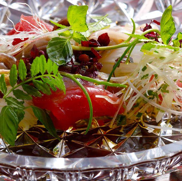 「日本料理 寺田」初鰹、とり貝、あおりいかの造りを、山椒オイルのサラダ仕立てに。芽紫蘇、茗荷など、6種の香味野菜も爽やか。