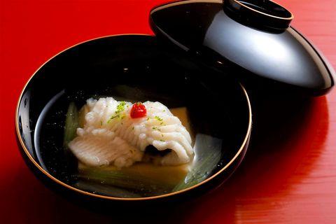 「日本料理 寺田」 一見すると鱧と見紛う油目(あいなめ)。葛粉をまぶしてツルリと口当たりのよい椀物に。葛卵豆腐と蕗が、豊かな風味と食感を添えている