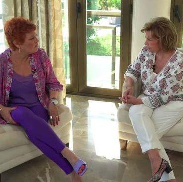 terelu entrevistando a su madre, maria teresa campos sentadas en sillones