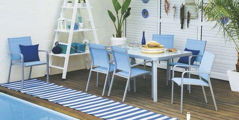 porche con piscina y comedor en blanco y azul