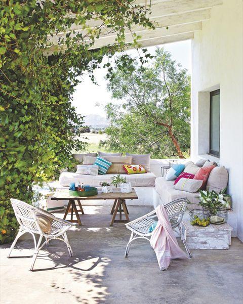 salón exterior en el porche con sofá de obra