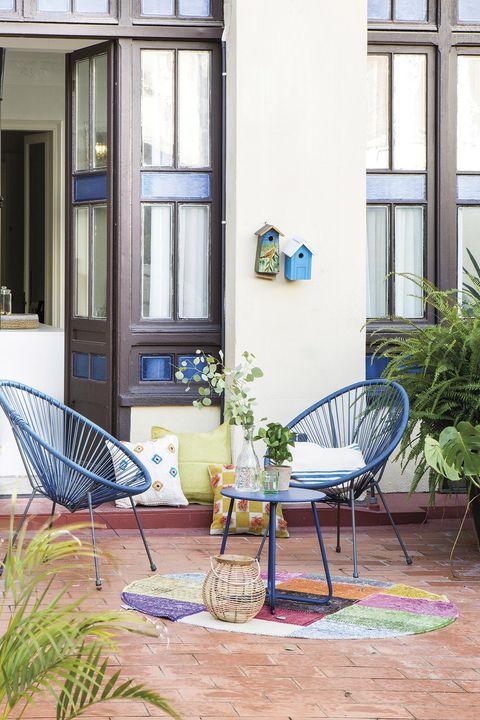 terraza con dos butacas azules tipo acapulco